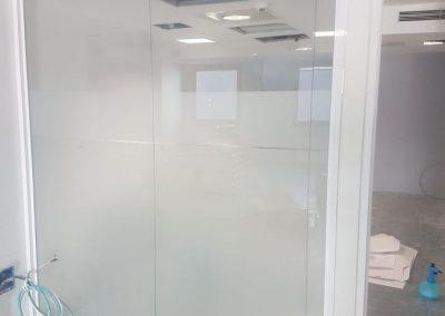 divisalia_mampara de vidrio para oficina_con vinilo_180 grados_broseta abogados_2