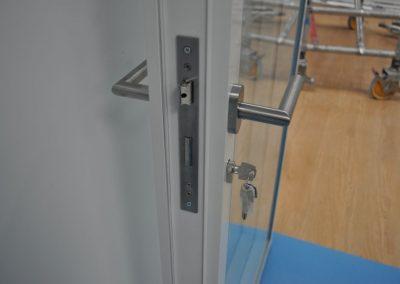 divisalia_mamparas de oficina de vidrio_puertas de paso_datalle manivela y cerradura