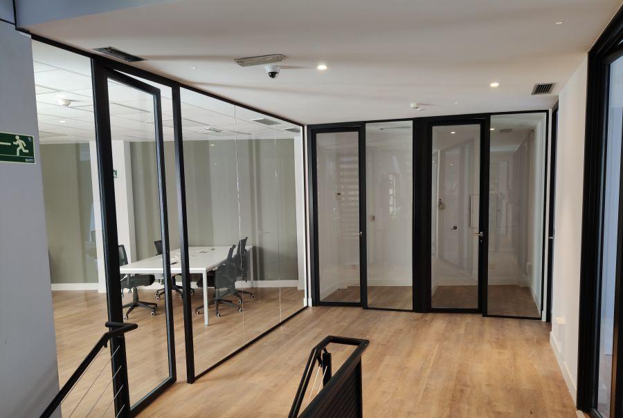 divisalia_mamparas para oficina de vidrio con modulación horizontal_1